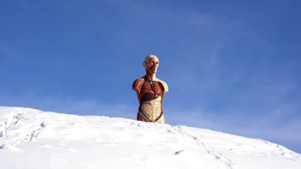 Švýcarský pochod 2021 pouliční umění, obři Damiena Hirsta na vrcholcích sochy sv. Morice lidského těla s viditelnými vnitřními orgány člověka, žaludky, plícemi, slezinou, játry