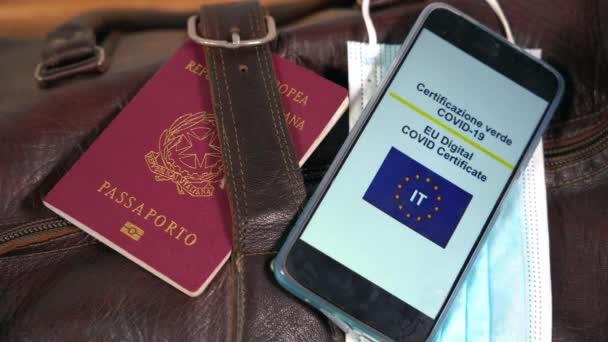 Cestovatel domů sbalte si zavazadla a zkontrolujte Evropský pas Zelený pas Certifikace, aby bylo možné cestovat po očkování proti Covid-19 Coronavirus