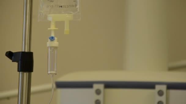Montage kompilace několika videí z lékařských zařízení v reálném sále a pohotovost v Izraeli: sestra s intravenózní infuzí řešení v různých operační sály s monitorem na pozadí
