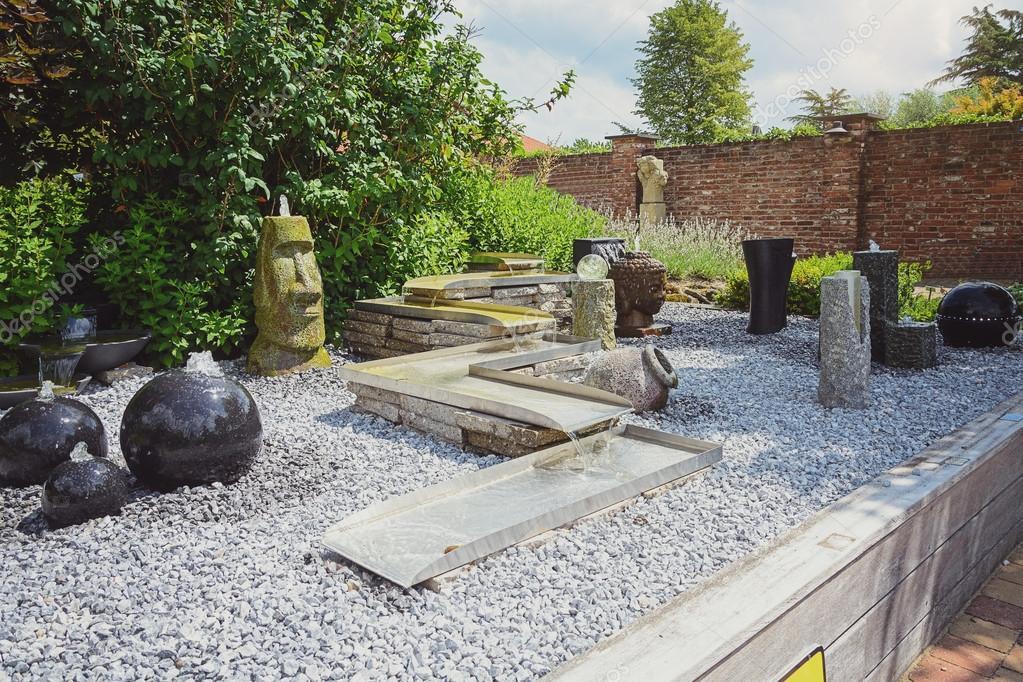 Fuentes Decorativas Para El Jardin Foto Editorial De Stock - Fuentes-ornamentales-para-jardin