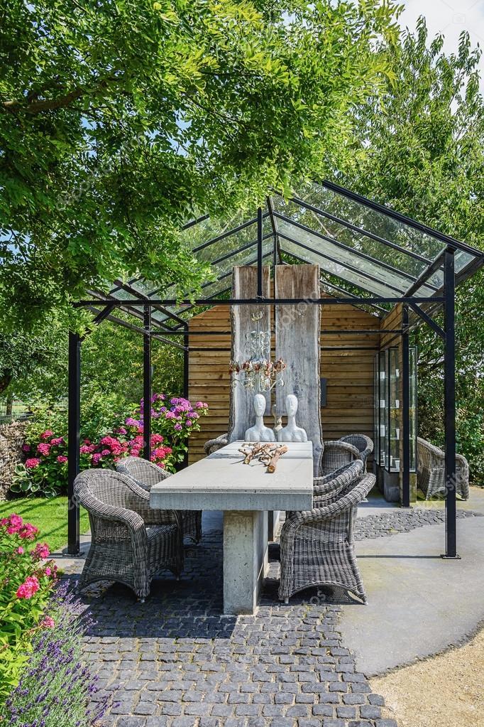 Mirador acristalado en el jardín con muebles y decoraciones — Foto ...