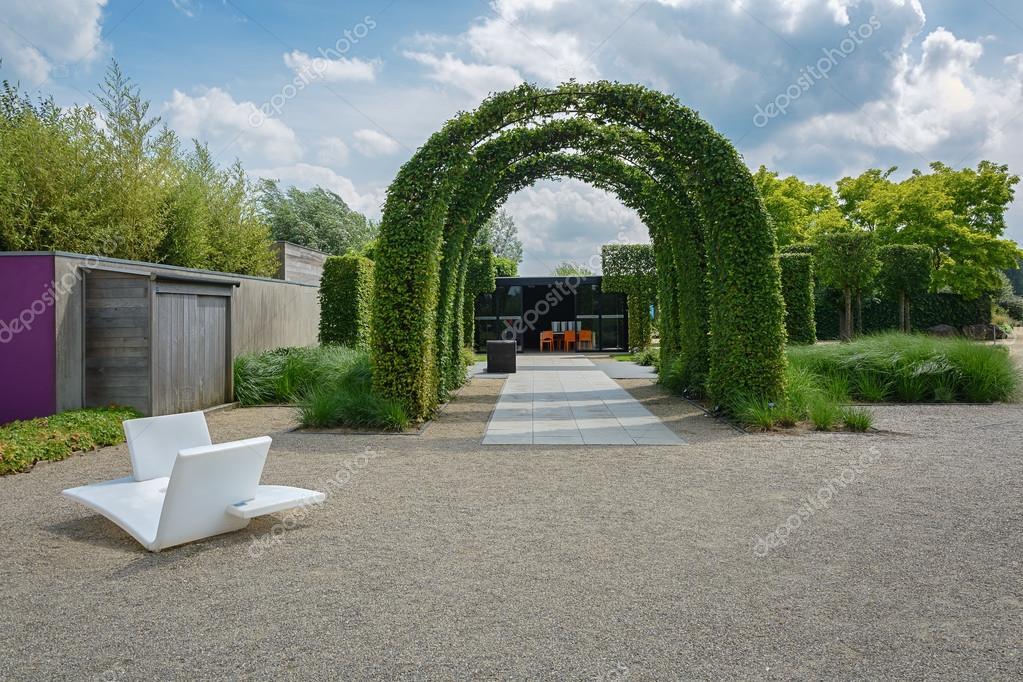 Un número de arcos marco cubierto con enredaderas — Foto editorial ...