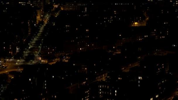 Sklápění až na jiskřivé Eiffelova věž a la Défense vidět v noci z leteckého pohledu