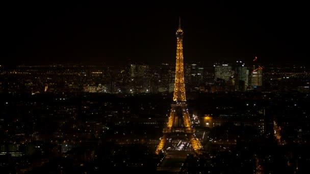 Šumivé Eiffelova věž v Paříži vidět v noci z leteckého pohledu