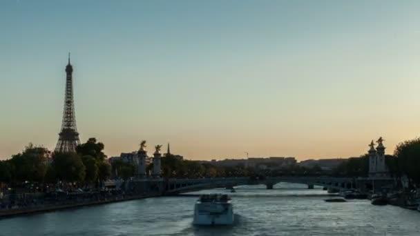 Eiffel torony naplemente és a nappali-éjszakai timelapse által Párizsban a Szajna