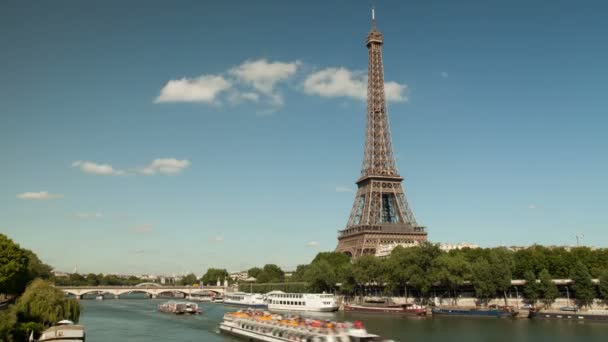 Timelapse Eiffelova věž a řeky Seiny s loděmi, Paříž, Francie