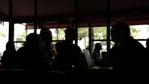 Tkadlec diskutovat v restauraci