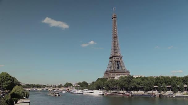 Eiffelova věž v Seině s lodí