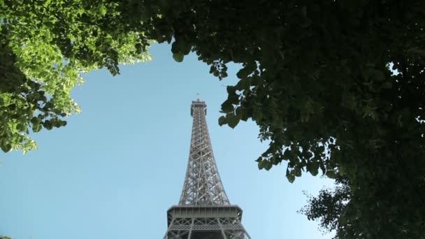 Sklopný dolů na mighty Eiffelova věž v parku v Paříž, Francie