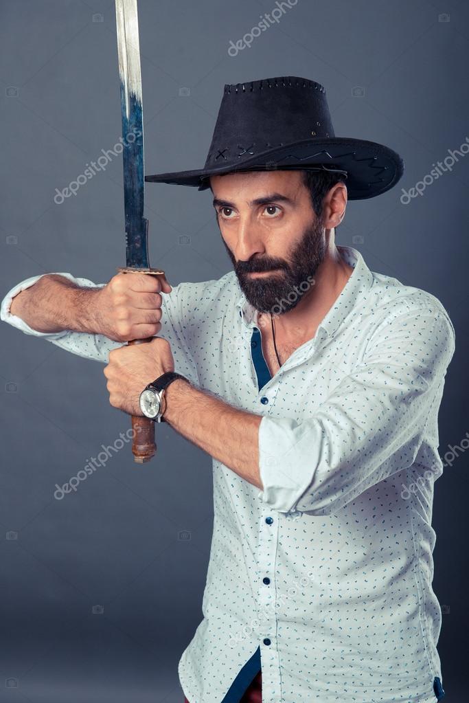 Mann in casual Dresscode mit Hut und Schwert — Stockfoto © Nasimi ...