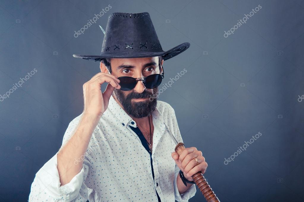 Mann in casual Dresscode mit Hut und katana — Stockfoto © Nasimi ...