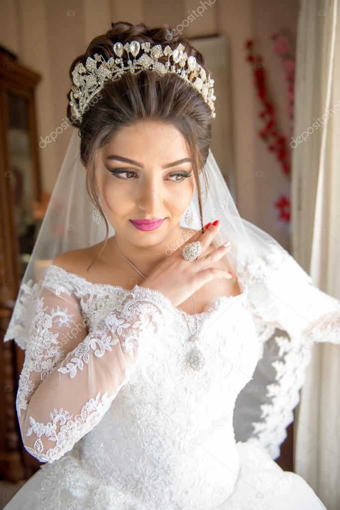 Witte Jurk Op Een Bruiloft.Bruiloft Portret Prachtige Verloofde In Witte Jurk Stockfoto