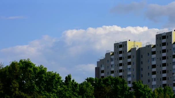 Nádherné mraky se pohybují za moderní vysokou budovou
