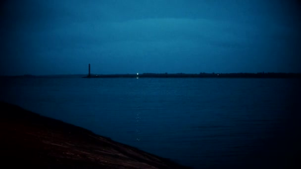 Blikající maják v noci