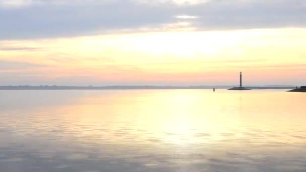 Zeitraffer mit Wasserlandschaft, Leuchtturm und Himmel im Morgengrauen