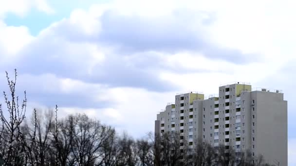 Časový výpadek mraků při pohybu nad bytový blok