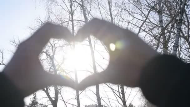 Ruce v podobě srdce se sluníčkem