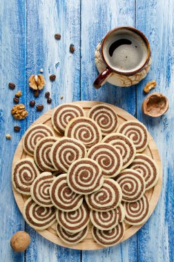 Cookies in the form of a spiral on a wooden tray