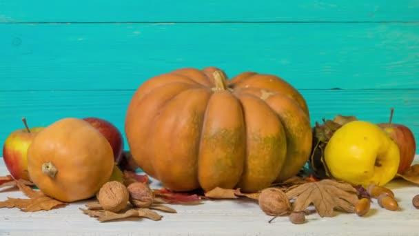 Krásný Halloween zátiší s dekorativními dýněmi, vlašskými ořechy, žaludy a podzimními listy. Zastavit pohyb.