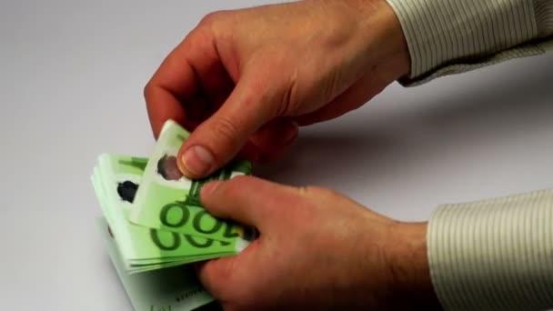 Ruce spočítat bankovky eura