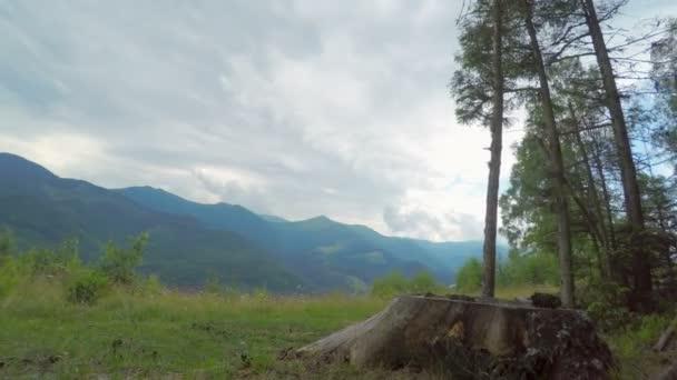 Letní krajina v horách s zamračená obloha