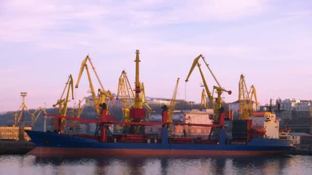 Námořní obchodní aktivity portů.