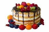 Geburtstagskuchen mit Schokolade und Früchten isoliert weiß