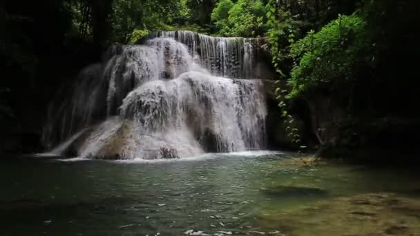 Záběry turistické atrakce Huai Mae Kamin vodopád