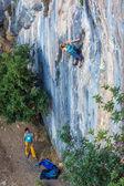 Fotografia Due alpinisti lavorano in coppia su parete rocciosa verticale