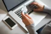 Person kauft ein und bezahlt am Computer mit Kreditkarte