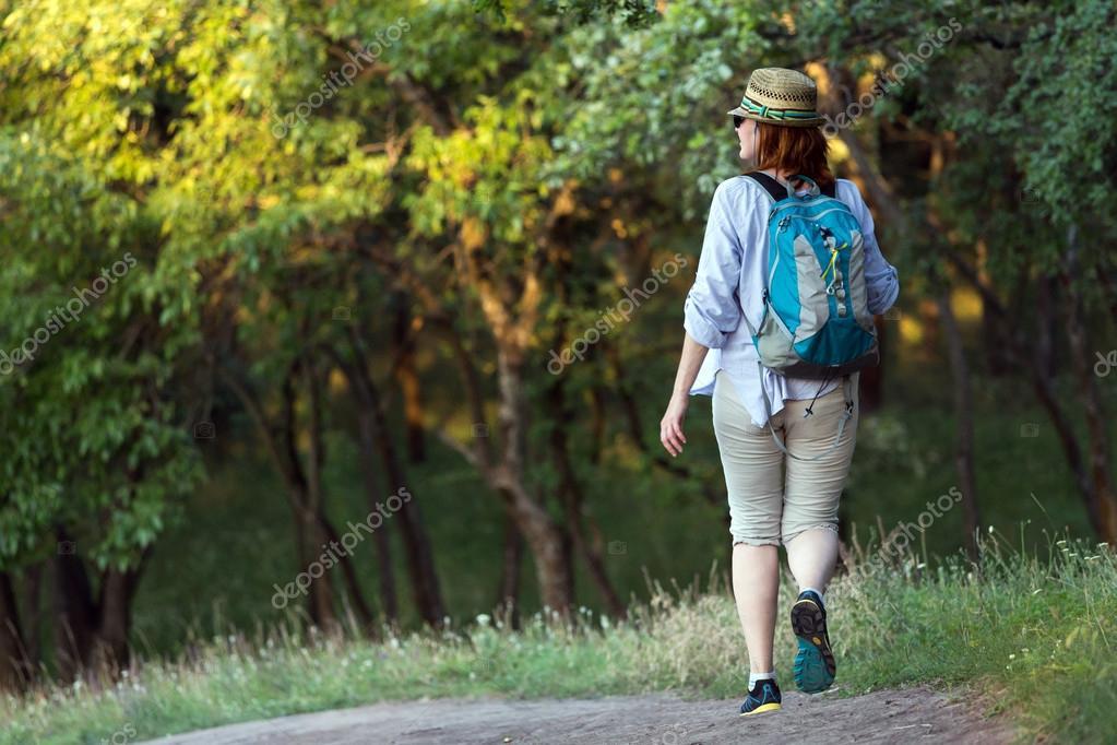 Persona Caminando Por Sendero En El Bosque Salvaje En Luz