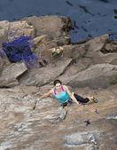 Fotografia Gruppo di roccia femminile scalatori marche e salita sulla parete rocciosa