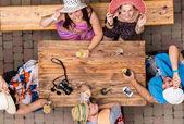 Fotografie Freudige Freunden im Straßencafé