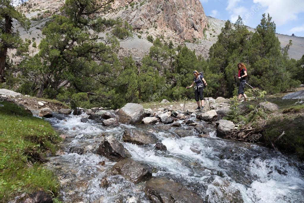 Фотообои Двух туристов быстрый переход течет рекой