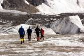 Fotografia Mountaineers Walking Across Large Glacier