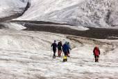 Fotografia Mountaineers Walking Across Large Glacier
