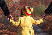 Fotografie Eltern, die Hand in Hand der kleine Baby-Tochter im Park