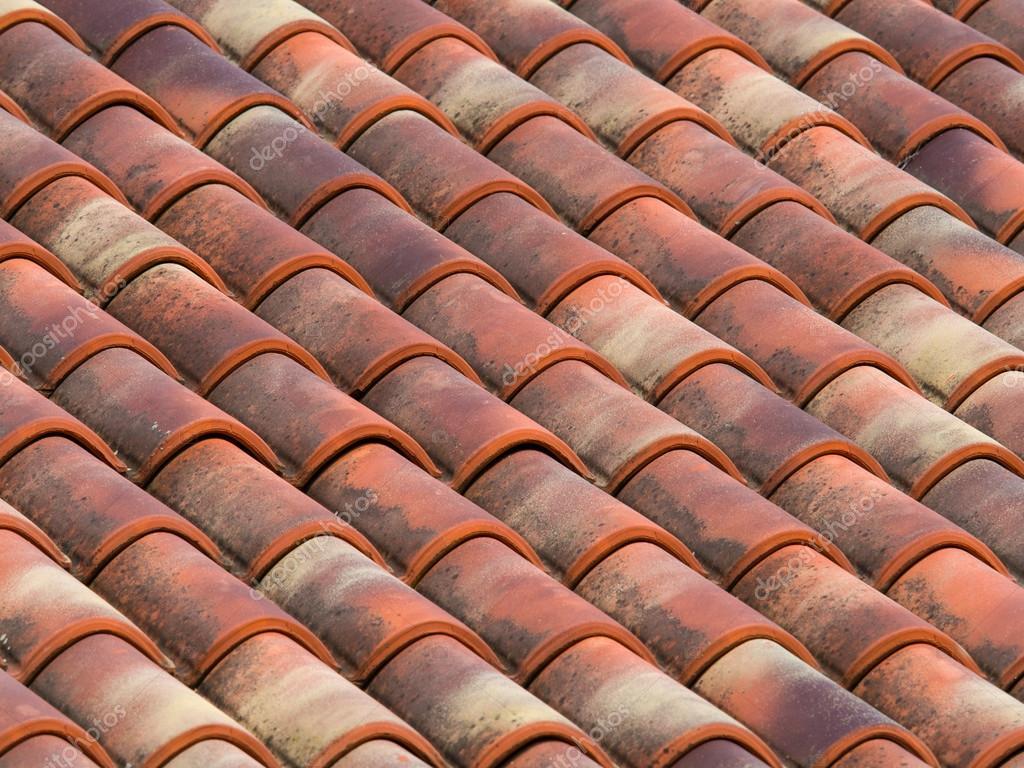Piastrelle di argilla terracotta sul tetto di una casa di campagna