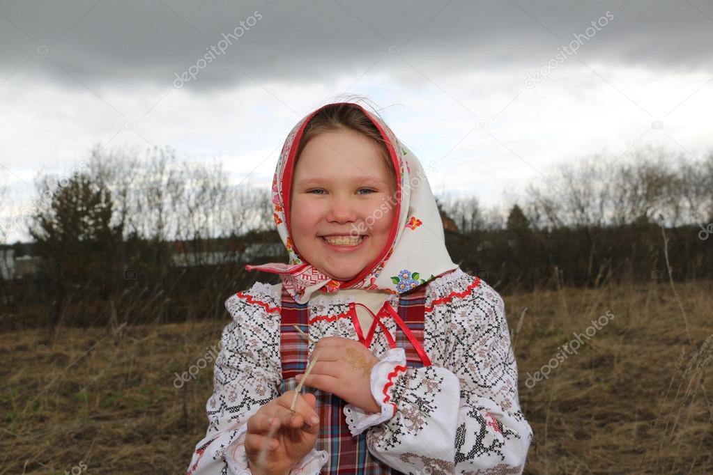 Красивая русская молодая девушка в сарафане