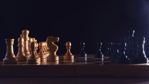 Schachspiel-Debüt sizilianische Verteidigung, Zeitraffer auf schwarzem Hintergrund. Frontansicht einer Schachpartie auf einem Retro-Brett aus der Sowjetära