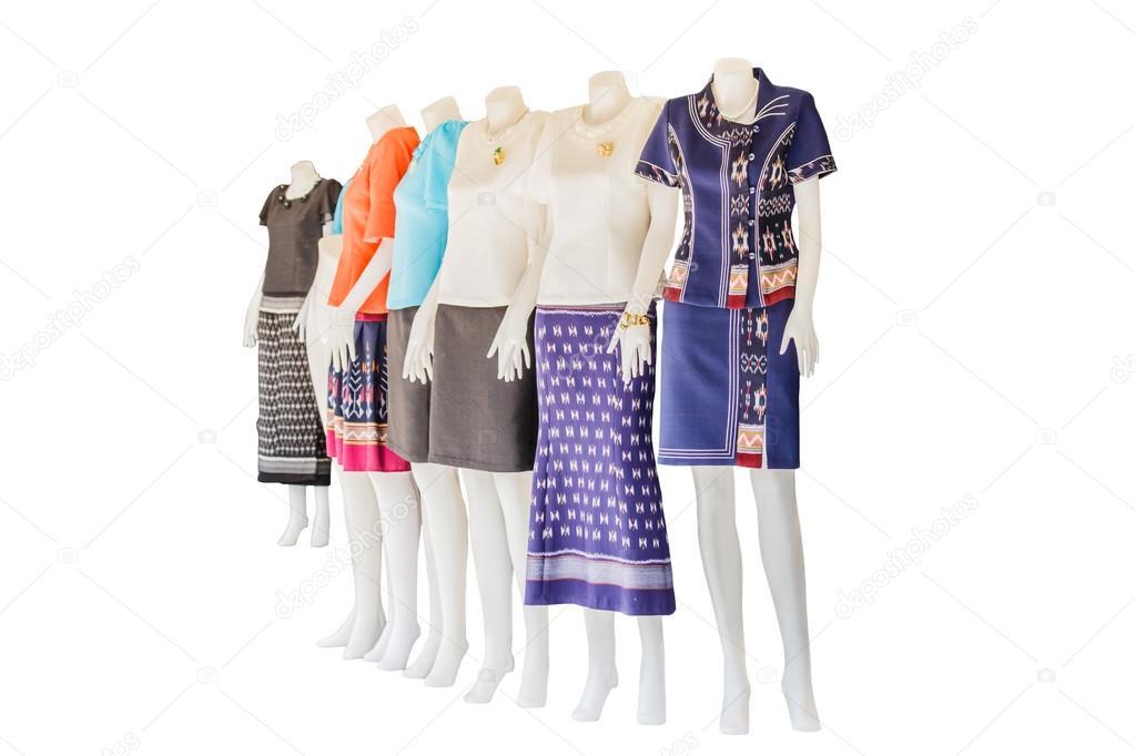 bdd0c6bf79ca77 Mooie Thaise jurken op mannequins isoleren witte achtergrond met  clippingpath — Foto van ...