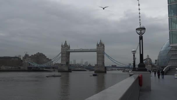 Tower Bridge vyhlédl z nábřeží v den zatažení. Uzamčeno