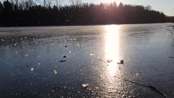 Ein Eisbrocken, der auf einem zugefrorenen See zerquetscht. Sonniger Wintertag. Langsam