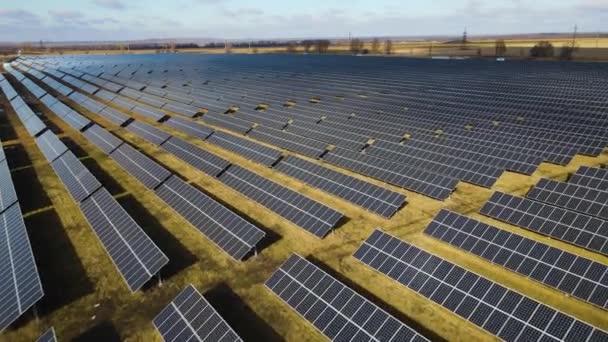 Solaranlage auf einem Feld an einem sonnigen Tag. Vogelperspektive. Im Bereich der Energieerzeugung stehen Sonnenkollektoren in der Schlange. Eine Drohne überfliegt einen Solarpark. Erneuerbare grüne Energien. Alternative Energiequellen.