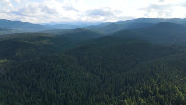 hegyek táj kilátás a felső repülés drón Kárpátok Ukrajna