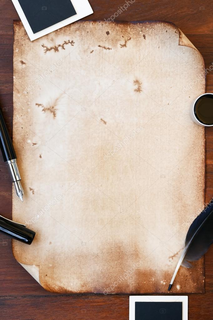 antiguo papel con pluma, lápiz y foto marco — Foto de stock ...