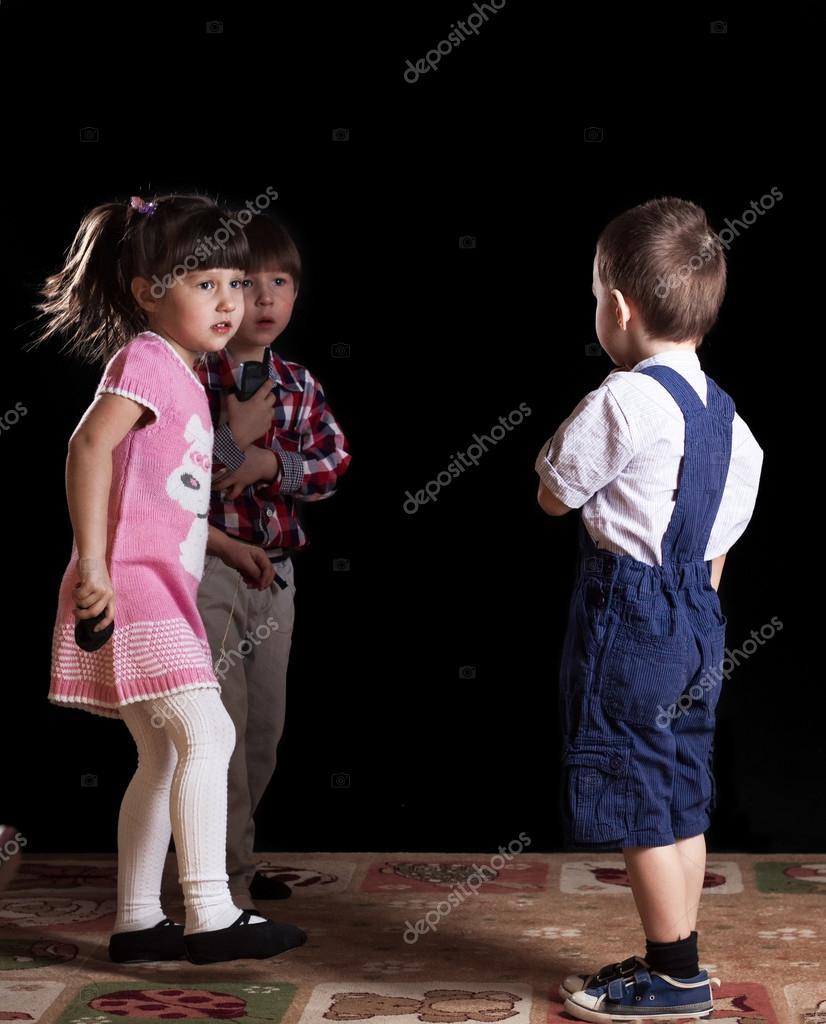 Дети на черном фоне фото