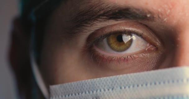 ořezané záběry muže, oka a lékařské masky na obličeji