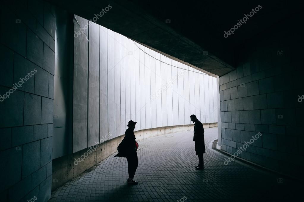 Silueta Hombre Y Mujer: Siluetas De Hombre Y Mujer En La Oscuridad