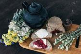 Fotografie Malinový džem a chleba s máslem v jar a horký bylinkový čaj na dřevěný stůl oběd snídaně